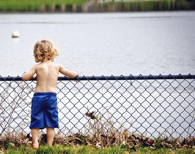 川を眺める子ども