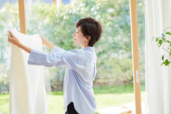 洗濯物に集中する母親
